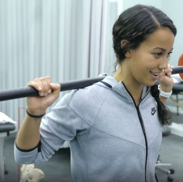 Woman lifting a barbell over her shoulder